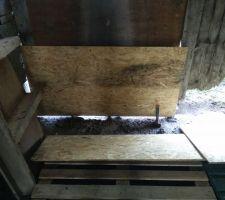 Voilà l'état de la porte du fond (non utilisée), mais utile car elle bloque le vent du nord qui souffle très souvent