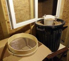Entretien annuel 2018; Une fois le silo vidé, on remet les pellets dedans. Pour éviter un max de poussières et petit morceaux qui pourraient refaire de la poussière ou des blocages de vis, je passe au gros tamis les pellets retirés du silo