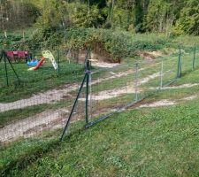 Cette barrière, pas pratique car pas assez solide, faut la refaire... Alors je vais gentillement utiliser le même système que devant la grange, un bout de grillage flottant, fixé d'un côté, et fixable de l'autre afin de fermer facilement
