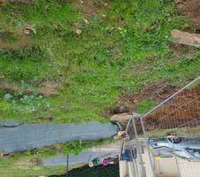 La bande de jardin entre la terrasse et la future separation du voisin