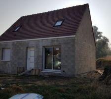 Enfin la couverture est terminée ainsi que l'ensemble des fenêtres et la porte d'entrée!