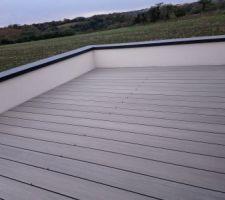 Terrasse de l'étage - pose des lames NEOWOOD quasiment terminée
