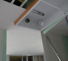 Le tuyau blanc est l'arrivée d'air neuf qui passe par le WC. Le film polyéthylène est scotché sur le caisson.
