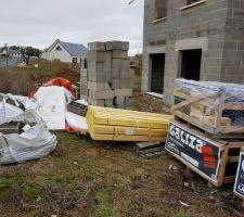 Vue des palettes d'ardoises et des déchets rassemblés devant la maison