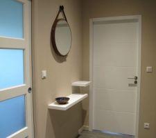 Miroir barbier et tablette dans le hall d'entrée