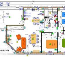 Le plan des besoins de l'ensemble de la maison si tout est accepté. L'idée de modifier la SDB est rappelée par la flèche rouge. Chaque écriture en bleu est le lieu d'un appareil avec une alimentation dédiée.
