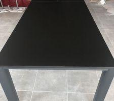 Montage des meubles de la salle à manger par Schmidt. Une petite table de 2m80 de long avec les rallonges déployées.