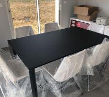 Montage des meubles de la salle à manger par Schmidt. Une petite table de 2m80 de long avec les rallonges déployées. Je laisse les plastiques de protection en place en attendant le déménagement.