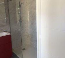 Pose de la paroi de douche dans ma salle d'eau. Pas de chance lors de la pose de la porte, elle est partie en mille morceaux... :-(