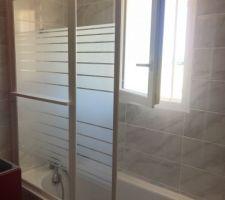 Pose d'un écran sur la baignoire, histoire de ne pas en mettre partout quand on prend une douche.