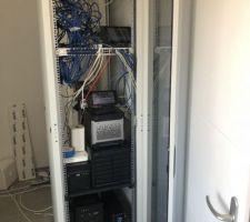 L'armoire informatique est prête et chargée du matos... Il va y avoir du taf à refaire pour que ça soit parfait mais c'est fonctionnel, c'est le principal.
