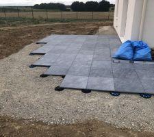 Terrasse sur plots sur grave béton concassée compactée.