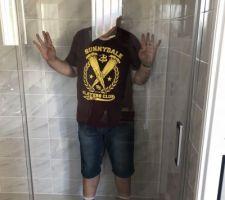 Cette fois-ci la porte de la paroi de douche n'est pas partie en mille morceaux...