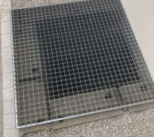 Pose d'une grille sur l'accès aux vides sanitaires de la maison et du garage.