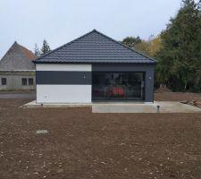 Pose couleur façade biton terminée + Apport de terre sur le terrain