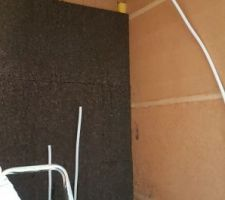 Pose de panneaux de liège expansé de 4cm dans la salle de bain pour le coté phonique.