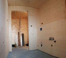 Pose des panneaux trois plis dans la future salle d'eau