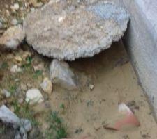 Ma galette de béton est toujours là. Le cdt pas décidé à la faire enlever. Le tuyau d'eau à disparu, sous le sable charié par l'eau.