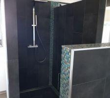 Salle de bain avec robinetterie