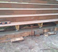 Béton coulé pour fixer la base de l'escalier