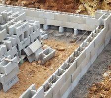 Début de l'élévation des murs en blocs à bancher