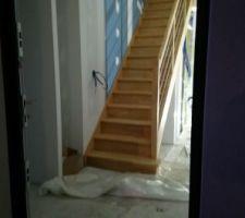 Pose de l'escalier terminée, vue de la porte d'entrée