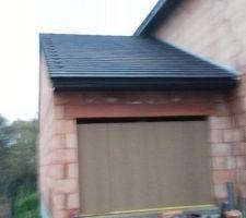 Futur garage. Fermeture condamnée temporairement par panneaux de bois et bastaings, fixés de l'intérieur  La couverture est terminée à 99%, il manque une série de 1/4 de tuiles (rupture de stock) pour terminer la couverture