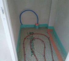 Pose des serpentins pour le plancher chauffant Du bon travail du plombier !