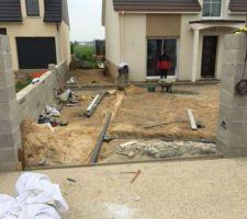 Préparation du sol pour dalle en béton terminer en attendant la pose du carrelage extérieur, mise en place des évacuations sur deux caniveaux