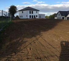 Nivellement du terrain et vu de notre maison du fond de notre terrain