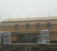 Bardage bois fini sur le versant sud de la toiture
