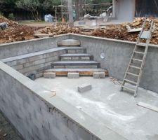 Réalisation de l'escalier et la banquette de la piscine