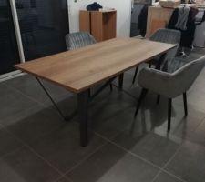 Table de la salle à manger. Il manque 3 chaises