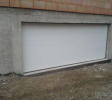 Porte de garage de 5m.