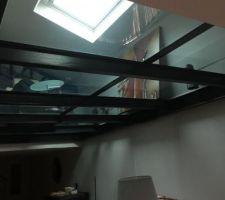 Pose d'un sol en verre pour agrandir la mezzanine avec l'originalité et le maintien de la luminosité.
