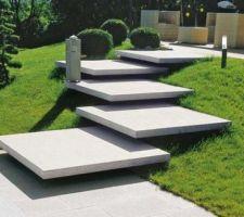 Idée des marches de 150*150 en un seul bloc de pierre pour l?entrée de la maison.