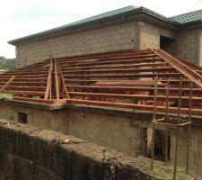 Fin Novembre 2018, lancement de la deuxième partie des travaux de toiture. Mise en place de la charpente basse.