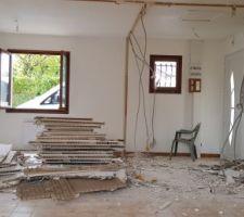 Demolition des cloisons du bas pour agrandissement de la piece a vivre