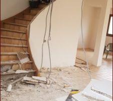 Demolition des cloisons du bas pour agrandissement de la piece a vivre et ouverture de l'escalier