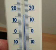 En attendant le poêle à pellet je me chauffe avec un petit chauffage électrique à 16?, maximum 2000 W.... La photo date de la semaine dernière ou il faisait qlq degré dehors