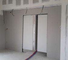 Ouverture double porte à galandage, plutôt triple porte Montage avec d'autres portes pour essai Ce sera des portes sur-mesure vitrées