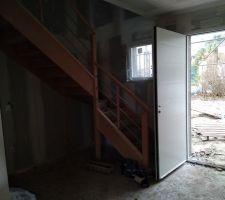 Escalier avec porte d'entrée