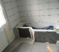 Pose du carrelage dans salle de bains des enfants