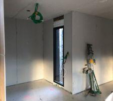 Plafonds et cloisons en cours de pose dans le vestiaire