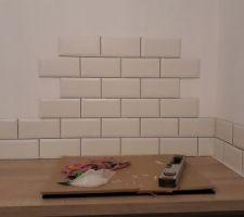 Pose de la faïence de la cuisine style carreaux métro terminée