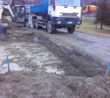 Décapage de la zone garage / accès : enlèvement des derniers tas de terre