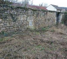 Mur de pierre et porte