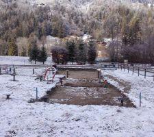 Le terrain décapé. J'ai réussi à vider l'eau de la piscine...