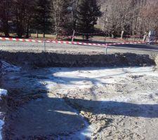 Bien gelé aujourd'hui, la glace fait bien 2cm d'épaisseur. Je la casse, et la sort à la pelle.