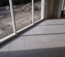 Carrelage beige capoiera (decoceram) 45x45 joint gris clair depuis le salon